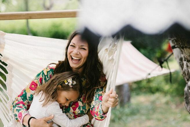 MittVaccin digitalt vaccinationskort bild mamma med dotter kramas